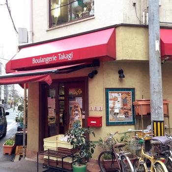 赤い屋根が目印のパン屋さん「ブランジェリータカギ」。 小さな構えのお店ですが、中にはおいしそうなパンやお菓子がずらりと揃っています。いつもたくさんの人が訪れ、行列が出来るほどの人気です。