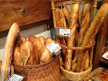 定番のバゲットや食パンもたくさんの種類が揃っています。 こんがりおいしそうな焼き色のパンがずらりと並ぶ光景は、パン好きにはたまりません。もちもちした生地は、小麦の香りが広がる深い味わいです。