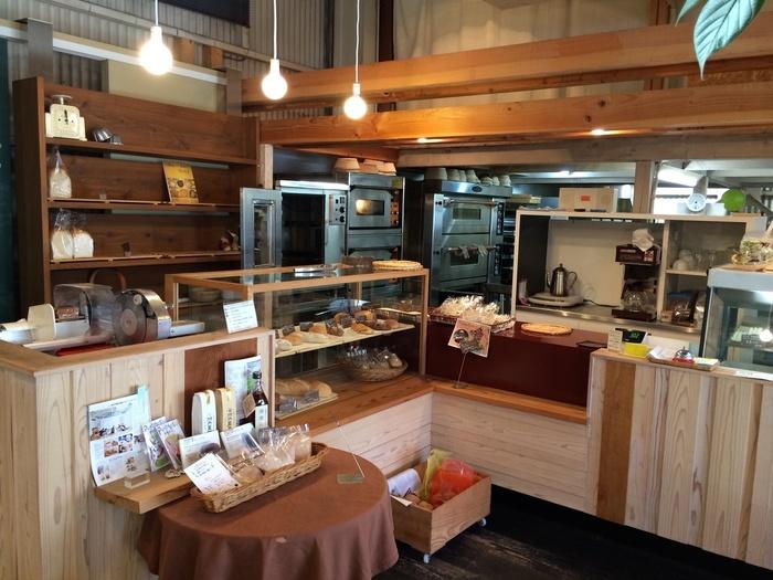 ウッディでほっと癒される素敵な店内。 安心できる素材を厳選されて作られるパンが並びます。ゆっくり時間をかけて発酵させた天然酵母パンは、小麦の風味が広がる豊かな味わいです。