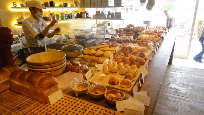 内のカウンターにはずらりとたくさんのパンが並べられています。曜日によってパンの種類が変わるので、足を運ぶたびにうれしい出会いのあるパン屋さんです。 ドライフルーツやナッツがたっぷり入ったハード系のパンや、しかくいクリームパン、スイーツパンやデニッシュやクロワッサン。どれも生地がとびきりおいしく、やみつきになるおいしさです。