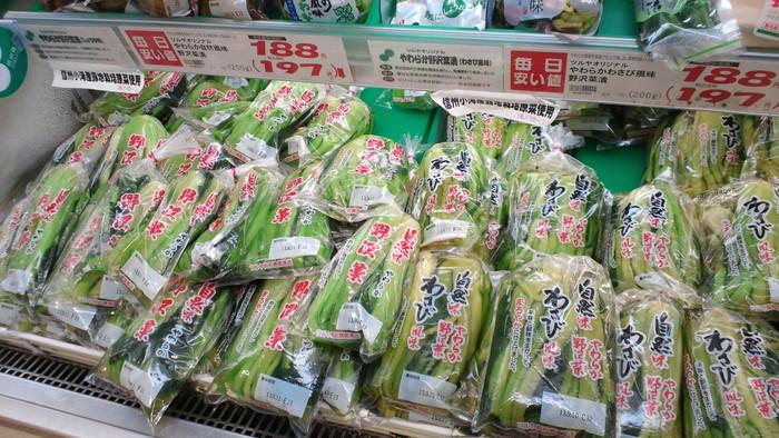 長野と言えば、まさにこちらの野沢菜が有名ですよね!TSURUYAの野沢菜はオリジナル商品なので値段も安く種類も豊富。袋入りの他にも、カップに入った刻み野沢菜や松前漬け風の野沢菜なんかもあり、色々選ぶのも楽しいですよ。