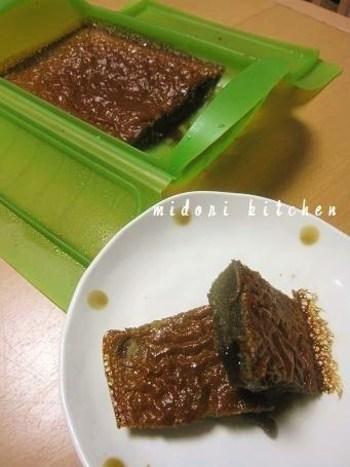 材料は、卵と薄力粉と黒糖のみです。黒糖を使うとぐっとコクが増して、半熟部分は黒蜜みたいで美味しいですよ!