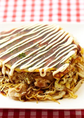 豚肉×キャベツと言ったら、やっぱりお好み焼き!夏休みのお昼にはもちろん、ビールにも合う王道レシピです。今回は、麺を入れたボリュームたっぷりの広島風をご紹介しておきます。