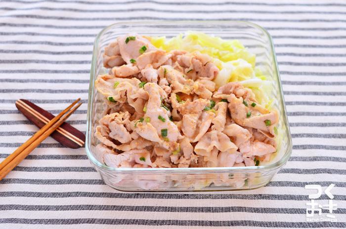 ゆで方を工夫するだけで、ふんわり柔らかい豚しゃぶに。茹でたキャベツとゴマダレの相性も抜群です。冷たくても美味しいので作り置きOKの嬉しいレシピ。