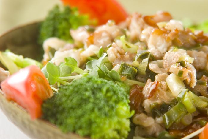 ニンニク風味のネギ豚ソースをたっぷりのお野菜にかけて。サラダ感覚なのに、おかずになるヘルシーレシピです。