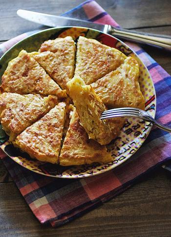 朝の忙しい時間にも簡単にできます。カレー味のジャガイモが入ったオムレツ。これは食欲が湧いていいかも♪