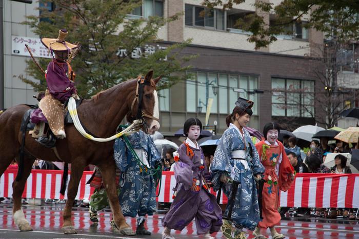 室町時代、吉野時代と次々に時代が遡り、やがて鎌倉時代を再現した行列が姿を現します。よく見ていると、同じ武士でも、江戸時代、安土桃山時代、鎌倉時代とでは武士の服装がずいぶん異なることが分かります。