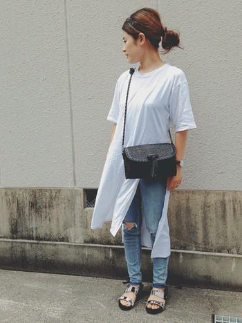 ロングTシャツはダメージデニムを合わせるとこなれ感が演出できますね。カジュアルコーディネートも大人っぽい黒のポシェットバッグを合わせるとお出かけスタイルに♪