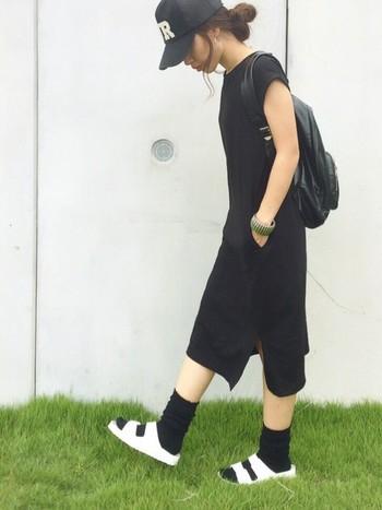 黒を基調としたモノトーンコーディネート。足元はホワイトで軽やかさを出しています。
