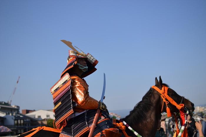 江江戸時代の次は、更に時代を遡り、安土桃山時代を再現した行列が姿を現します。重厚感あふれる鎧兜を纏った有名な戦国武将達が馬に乗りながら、次々と颯爽と現れるこの行列は、時代祭の中でも人気のある行列の一つです。