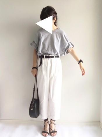 スカートやパンツの中にシャツやニットなどトップスの裾を入れて着こなすことを「タックイン」といいます。英語でtuck in(押し込む)という意味があります。 今季はタックインコーディネートの方も街でよく見かけますね!