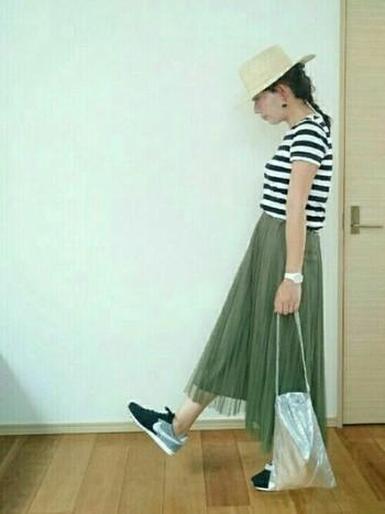 ボリュームのあるスカートはなんだか太って見えがち…そんな悩みを解決するにはタックインするのが一番!
