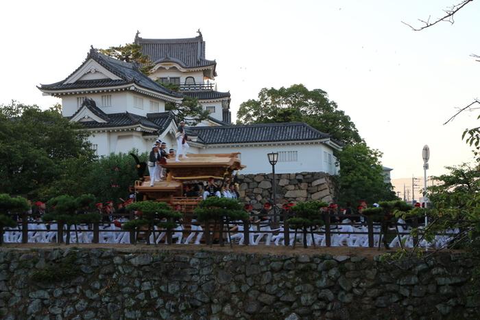 「岸和田だんじり祭」は、岸和田城下街とその周辺を多数のだんじりが駆け巡る南大阪を代表する秋祭りです。その歴史は古く、1703年に岸和田城三の丸で行われた五穀豊穣を祈願して行った稲荷祭に端を発すると伝えられています。