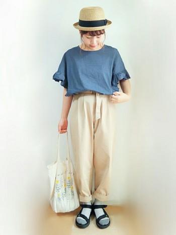 腰周り~太ももに余裕があり、足元に向かうにつれ細身になるテーパードパンツ。シルエットをキレイに見せるためには、タックインして着るのがおすすめ。