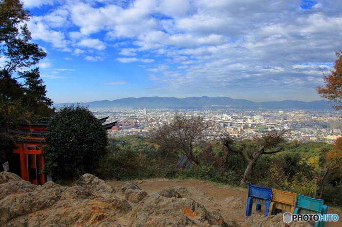 伏見稲荷大社が鎮座する稲荷山は、山全体が神域となっています。時間と体力に余裕があれば稲荷山の山頂を目指してみることをおすすめします。山頂からは、1000年もの間、都が置かれた煌びやかな歴史を誇る京都の街並みを一望することができます。