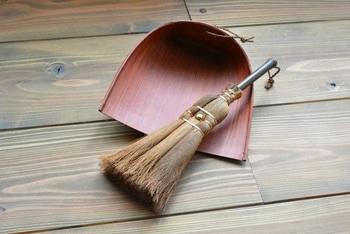 和紙に柿渋を塗って作られた「はりみ」は、静電気が起きず、ゴミやホコリがまとわりつきません。紙製でも柿渋を塗ることで防虫・防水・防腐効果か期待できるそう。まさに先人の知恵ですね。