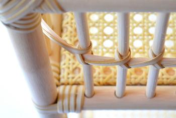 国産にこだわり続け、素材選びから仕上げまで熟練の職人さんによる手作業。国内では、伝統的な技術で作られる籐工芸品は僅かとなってしまったそう。とても貴重なもの、大切に受け継いでいきたいですよね。ツル性の植物・籐の千差万別な性質を見極めて「編む」「曲げる」「巻く」といった技術で作られる、芸術品のような美しさがあります。