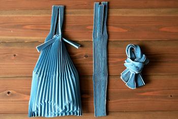 提灯や扇子に見られるような、日本古来からある「たたむ」という知恵。このエコバッグは使わないときはプリーツを畳んで結ぶととてもコンパクトになります。鞄に入れて持ち歩き、荷物が増えたらサッと広げて使えます。