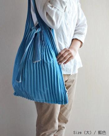 美しい姿は、もちろんメインのバッグとして日常使いにもおすすめ。どことなく和を感じる佇まいは洋装だけでなく、和装にも合いそう。大小2サイズ展開で、大サイズは持ち手が長いので肩掛けもできます。