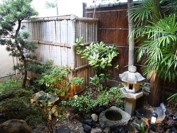 坪庭もあり、夜にはライトアップされお昼とはまた違った印象に…。