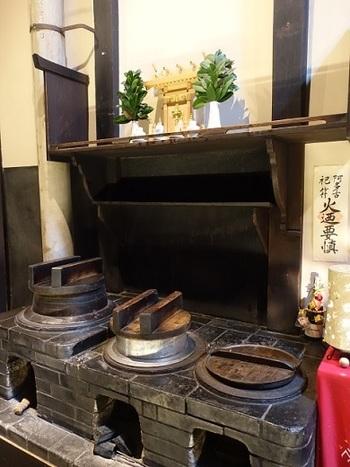 京町家をリノベートしたお店は数あれど、おくどさん(かまど)がそのまま残っているのは珍しいですね。