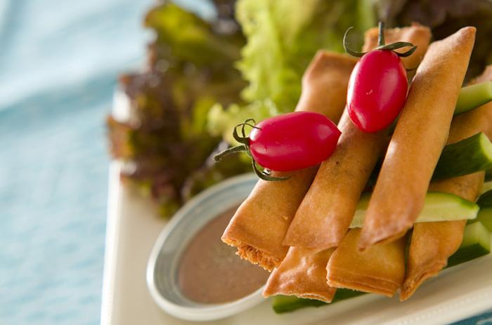 熱々の油で揚げた春巻きは、口の中で旨味が広がって、ついついたくさん食べてしまいますよね。夏のこの時期に春巻きを作るのなら、いつもの材料だけでなくうなぎを加えてみてはいかがでしょう。  サニーレタスに夏が旬のトマトときゅうりをうなぎと合わせて巻いて食べれば、体にエネルギーが入って来る感じがしますよ♪