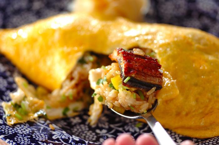 オムライスとうなぎを合わせたアレンジレシピ。うなぎにごま油を塗ってトースターで焼き上げると、皮はパリッとしているのに中身はふわっと美味しく仕上がるんです。 そのうなぎをご飯と一緒に、ふわふわの卵と合わせるとうなぎオムライスになります♪卵とうなぎが合わさってボリュームたっぷり楽しめますよ。