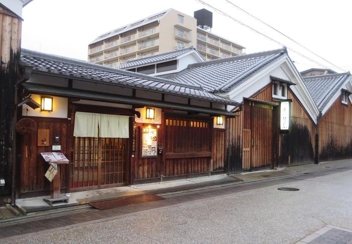 月の蔵人は、月桂冠の酒蔵を改装した日本料理のお店です。一文字瓦と白壁が特徴的な建物は、1913年に酒蔵として建てられたもので、100年以上もの前の姿をそのまま留めています。