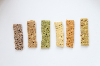 国産の無農薬野菜と雑穀を使い、卵・乳製品不使用の「雑穀べジクラッカー」。障害を持つ方たちとの共同制作により作られたもので、「3p.m. さんじ」では、障害を持つ方たちの就労支援も行っています。