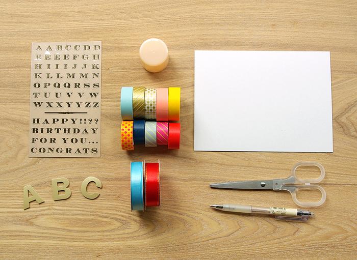 まず初心者さん向けの簡単なロゼッタリボンを作ってみましょう。  材料 マスキングテープ リボン 厚紙 はさみ ボールペン 丸く型どれるもの(スプレー缶のキャップなど) お好きな飾り付け(シールなど)