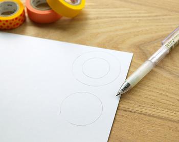 まず初めに、厚紙に円を2つ描きます。今回は、直径 4cmの円と、直径 5cmの円を描き、後者の円の中に、もう1つ小さな円を描いておきます。
