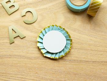 最後に、直径4cmの丸い厚紙を真ん中に貼り・・・