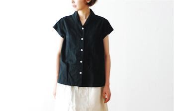 すっきりと上品なMHLのフレンチスリーブシャツ。やわらかいコットン生地なので、一枚でもさらりと着ることができます。ふんわりスカートにも、すっきりパンツにも合わせやすい一枚です。