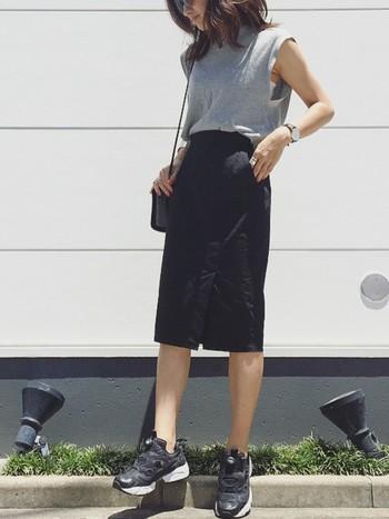 タイトなスカートにフレンチスリーブのシャツを合わせたシンプルなきれいスタイル。ショッピングなど、たくさん歩く日の足元にはスニーカーは欠かせませんよね。