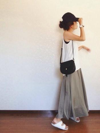 タンクトップにロングスカートのサマーカジュアルスタイル。 今年流行のコンパクトなキャップでちょっぴりボーイッシュに。公園や、ちょっとそこまでスタイルも色をまとめると、おってもお洒落なお出かけスタイルに大変身♪