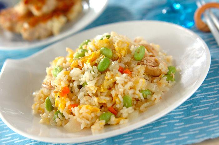 枝豆の緑や卵の黄色、人参のオレンジなど彩りがキレイな炒飯。ガーリック入りで夏にピッタリのスタミナメニューです。