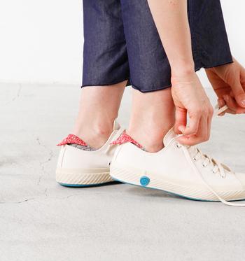 ローカットスニーカーの踵からちょこんと覗く三角がとってもかわいらしい靴下です。