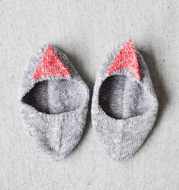 ふっくら柔らかな生地。足の構造に合わせた立体的な形で履きやすさも◎甲の部分にはゴムが編み込まれています。