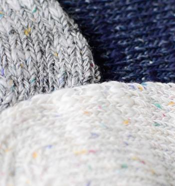 コットンシルク糸をベースに編み上げました。パステルカラーのネップが、ざっくりとした風合いにぴったりですね。