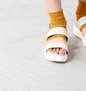 靴下を変えるだけで足ものと印象がだいぶ変わりますよね。いつものサンダルにプラスして、もっとおしゃれを楽しんでみてはいかがでしょうか。