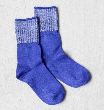 フカフカとやや厚みのあるコットン生地を、ホールガメント(無縫製)で編み上げた優しい履き心地のソックス。足首部分のカラー使いがポイントの1足です。
