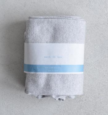 コットン・麻・シルクなどの天然繊維を主に使い、昔から日本で使われてきたローゲージ編み機でひとつひとつ丁寧に作られている「meri ja kuu(メリヤクー)」の靴下。