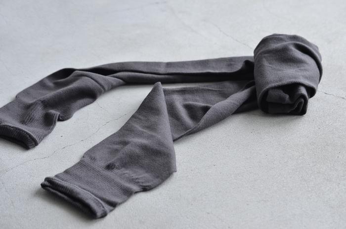 絹糸とレーヨンシルクの交撚糸で編まれた緩やかなシルエットのレギンスです。落ち着いたカラーバリエーションで、コーディネートしやすいもの嬉しいポイント。
