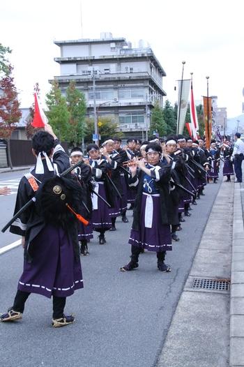 京都御所を出発し、平安神宮へと向かう行列は時代ごとに行列を組んで進んでゆきます。最初に御所から姿を現すのは、明治維新の時代を再現した行列となります。