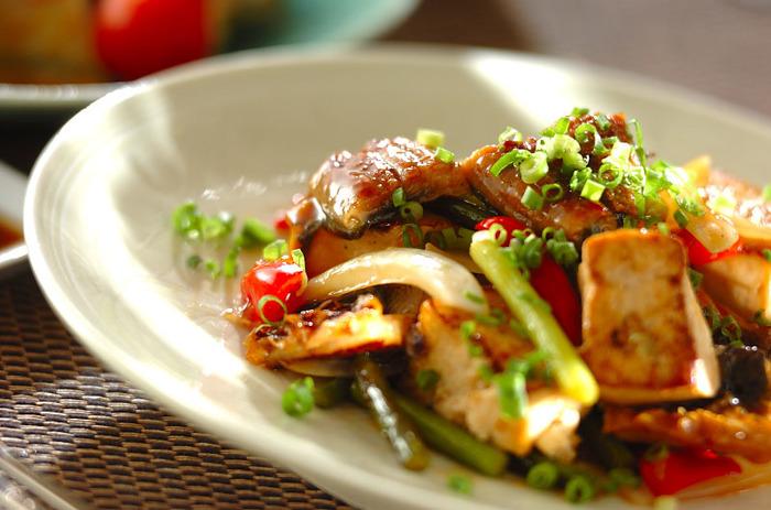 簡単に美味しく、お腹も満足のレシピがうなぎと豆腐を合わせた甘辛煮です。フライパンに油を敷いて、生姜で風味を付けたらニンニクの芽と玉ねぎでこんがりと炒めていきます。 そこに豆腐と野菜とうなぎを合わせれば、栄養のバランスもばっちりで、お箸も進むメインのおかずが出来上がります。いつもの炒め物にも、うなぎを加えてみるアレンジも面白そうですね。