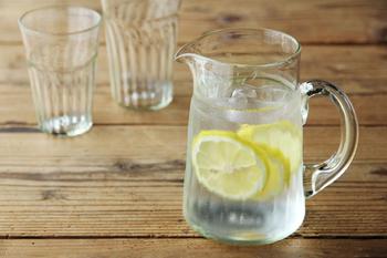【くるみガラス】のジャグも夏の食卓にぴったりのアイテム。レモン水がより一層美味しそうに見えます。ペットボトルの飲み物を入れるだけでも、特別な雰囲気を味わえますよ。