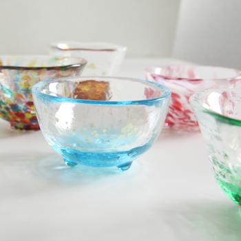 こちらもお酒の席にぴったりの「五様ミニグラスセット」。一つ一つデザインの異なるミニグラスのセットです。もちろん、おちょことしてだけではなく、ちょっとした料理を盛り付ける小鉢としてもオススメ♪一度に食卓に並ぶと、それだけで華やかさが増しますね。