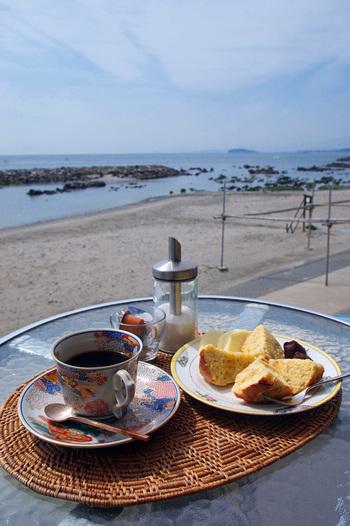 絶好のロケーションで、海を見ながら食事ができます。 地場の素材を使った料理を提供しており、しらすを使ったパスタ、ピザが人気です。
