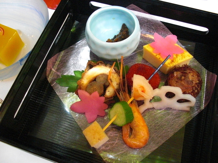 旬の素材がふんだんに使われた料理の味はもちろんのこと、色遣いの美しさは思わずカメラに収めたくなるほどです。