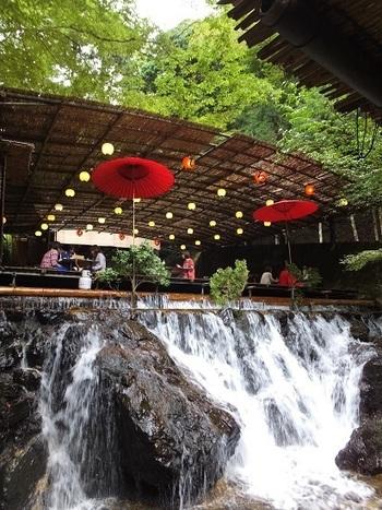 河鹿の鳴き声とせせらぎが聴こえる渓流、貴船川に架かる川床は涼感満点です。よしずの天井から吊るされた提灯と赤い和傘が京都奥地の大自然が魅せる美しさを引き立て、川床では最高に贅沢な気分を味わうことができます。